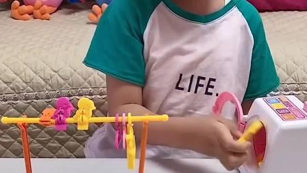 快乐趣事:小萌娃要给玩具娃娃洗衣服咯