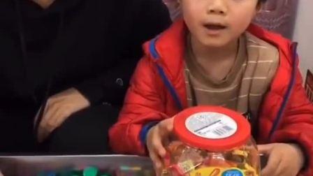 趣事童年:又要送糖果给小朋友啦