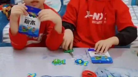 搞笑趣事:妈妈给小朋友剪包装带,吃好吃的糖