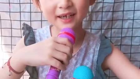 趣事童年:小妹妹拿着巧克力话筒唱歌