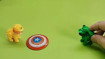美国队长的盾牌不见了,原来是被狗狗当成盘子在玩,美国队长知道后很是无奈