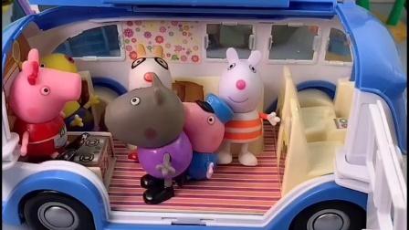 大家都在排队等公交,乔治害怕挤不上去,却被小力踩地下了