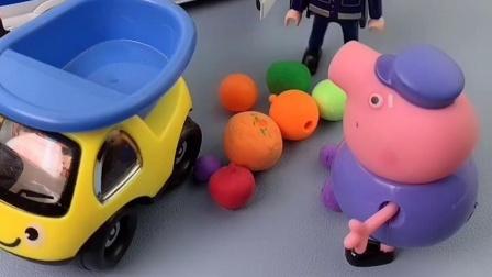 球太重了,把猪爷爷的车都弄翻了,小警车帮助了猪爷爷