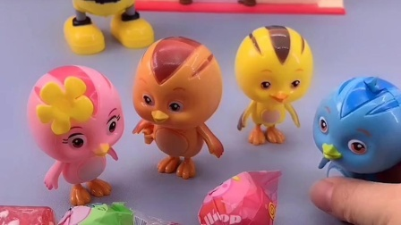 鸡妈妈要出去,给鸡宝宝们买了糖,结果糖都被朵朵拿走了