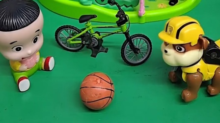 大头太小气,不跟小砾分享自己的自行车,还想吃小砾的冰淇淋
