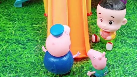乔治在玩滑梯,猪爷爷怕他受伤,不让别人玩
