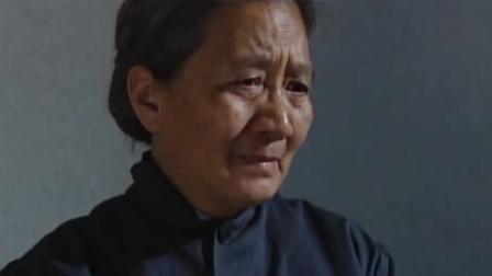 红十:烈士牺牲多年,首长探望其老母亲,看到这幕眼泪止不住的流