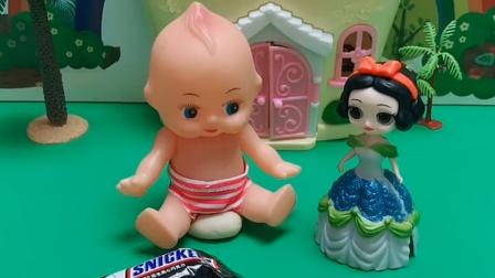 白雪买了好多糖,她分给小宝宝吃,小宝宝选了一块巧克力