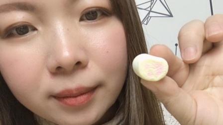 美女小姐姐试吃棉花糖,口感好糯,美味极了!