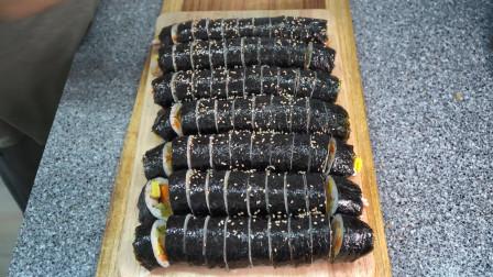 妈妈制作了美味的紫菜包饭,猪排炸的很焦,搭配农心拉面,真香!