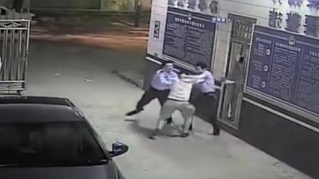监控:两男子抢劫最后误入警察局,如果不是监控拍下,都不知道多搞笑