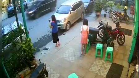 监控:女子只顾在路边玩手机,女儿拍背提醒一下都不知道,结局扎心了