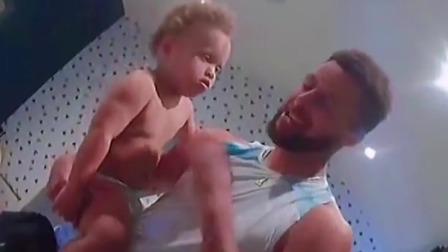 面对儿子不停的哭闹,看看库里是如何一秒让世界安静的!