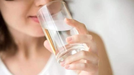 早上起床后可以空腹喝水吗?