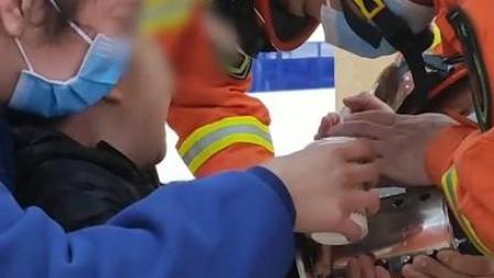 男孩因害怕大喊,消防员暖心安抚救援