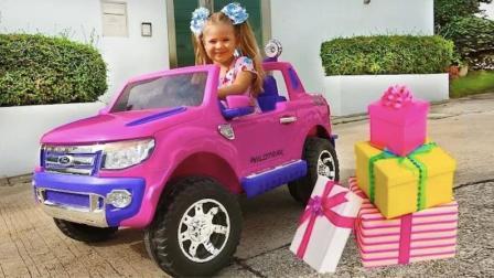 小萝莉在家趣玩,拆了好多大礼包,最后还发现一辆玩具车