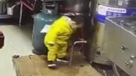 小夫妻店内忙生意,2岁孩子进入后厨打开热水开关,父母真是太大意了