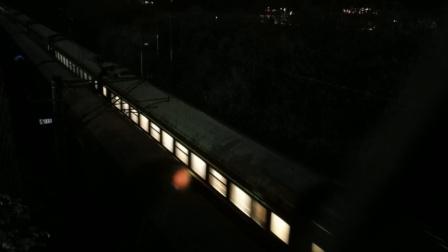 (冒雨受寒拍摄,但开始忘按键了)SS7D0027西局西段K818成都-北京西会HXD11560武局襄段货列通过金鱼岭路跨线桥22:02