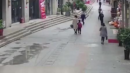 """实拍:男子持刀打砸女友工作店铺后逃跑 路人""""神反应""""伸脚将其绊倒"""