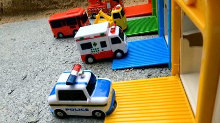 汽车玩具视频 小巴士的同伴落入水中
