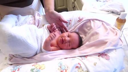 出生一周的宝宝洗澡,妈妈给他梳个靓仔头