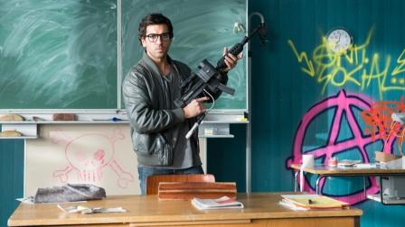喜剧片:德国老师硬核教学,学生在操场不来上课,直接开枪射倒!