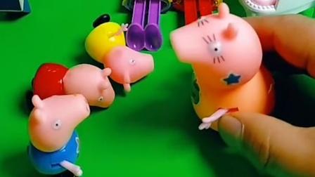 佩奇想要玩具,猪妈妈不给买,只有乔治热爱学习受到妈妈夸奖