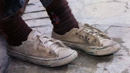 兄妹俩只有一双鞋子,每人穿半天轮流去上学!