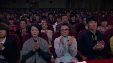 袖珍妈妈:养女登台表演,袖珍妈妈终于出现,一声妈妈感动众人