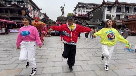 17岁学生带2个美女街头跳曳步舞,吸引很多路人围观