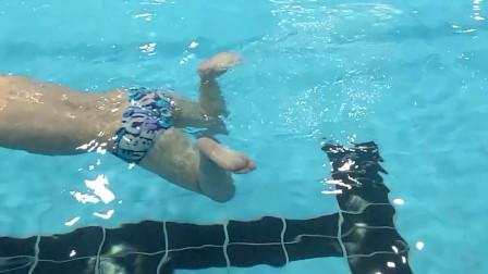 中游体育:超慢速度示范蛙泳蹬腿的四步流程