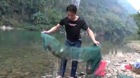 小莫潜入小河中收地笼,渔获太多,拉起来特别费劲,这次发财了