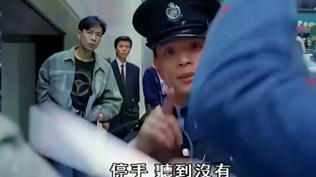 社团开战送刀没想遇到警察