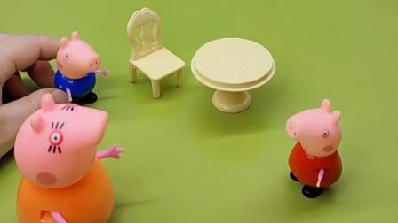 佩奇和乔治吵起来了,他们都要坐小凳子,就让猪妈妈知道了