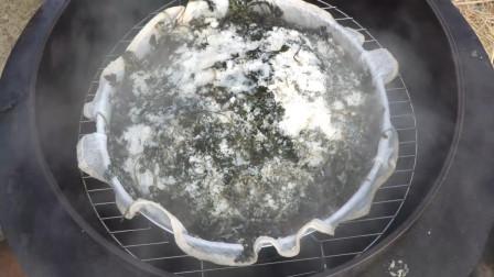 用自家种的艾草做艾草米糕,搭配蜂蜜,味道清香又好吃,真满足!