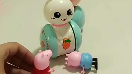 佩奇给乔治买了不倒翁玩具,乔治却把它当成了坏人,真是好笑