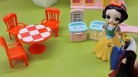 白雪要做饭了,王后想要帮忙,白雪觉得还是不用帮忙了