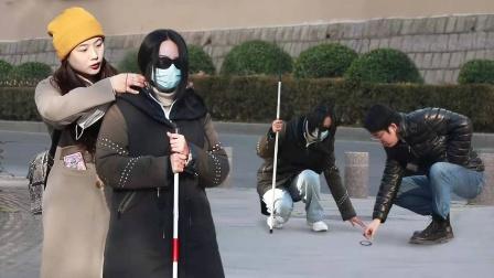 看到盲人女孩的头发散了,路人大哥手忙脚乱帮忙的样子太可爱了