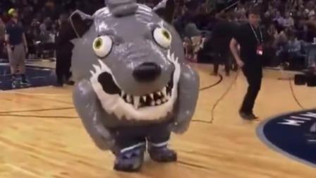 NBA的吉祥物也太会玩了吧!球迷跟他拍照合影,结果成了这样!