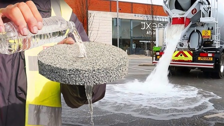 """这种不可思议的""""喝水""""公路,整车水倒下去后也不会积水!"""