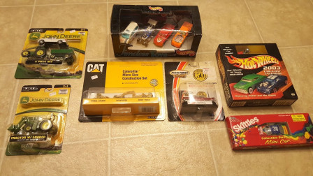 打开彩色汽车和拖拉机玩具盒