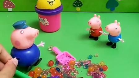 猪爷爷让佩奇乔治帮忙打扫卫生,乔治还不帮忙,佩奇就帮助了爷爷