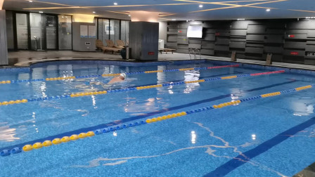 中游体育:刚学会蛙泳就能游25米 教练说还得改腿