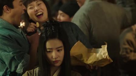 庙会十分热闹,刘亦菲和闺蜜逛庙会,六扇门的人却突然出现!