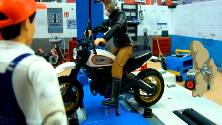 汽车玩具视频 师傅修理汽车与摩托车