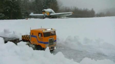 雪地里的工程车铲车与卡车 创意玩具