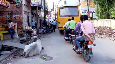 印度交通发达吗?中国小伙随手拍了一个视频