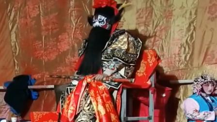 秦腔黑虎坐台选段,这样简陋的舞台演员却在卖力气演唱,很不错