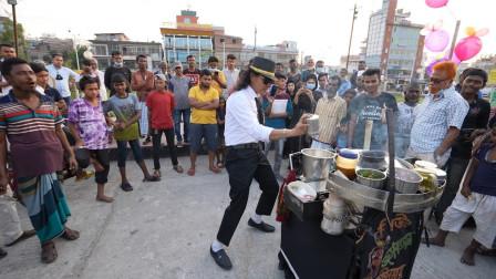 """""""舞王""""一边卖零食一边跳舞,1元1份,刚出摊就有上百个人围观"""