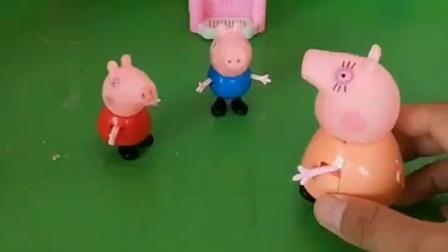 猪妈妈带乔治去游乐场,佩奇也想去游乐场,猪妈妈不想带佩奇去